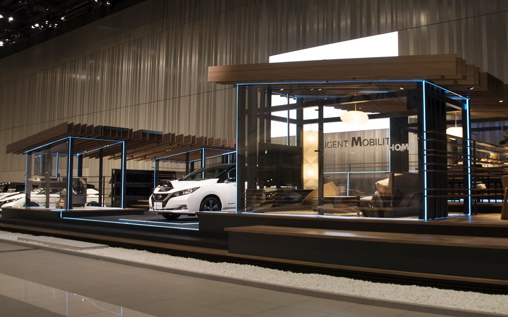 Utiliza un sistema que carga el vehículo y luego comparte la energía con el hogar.