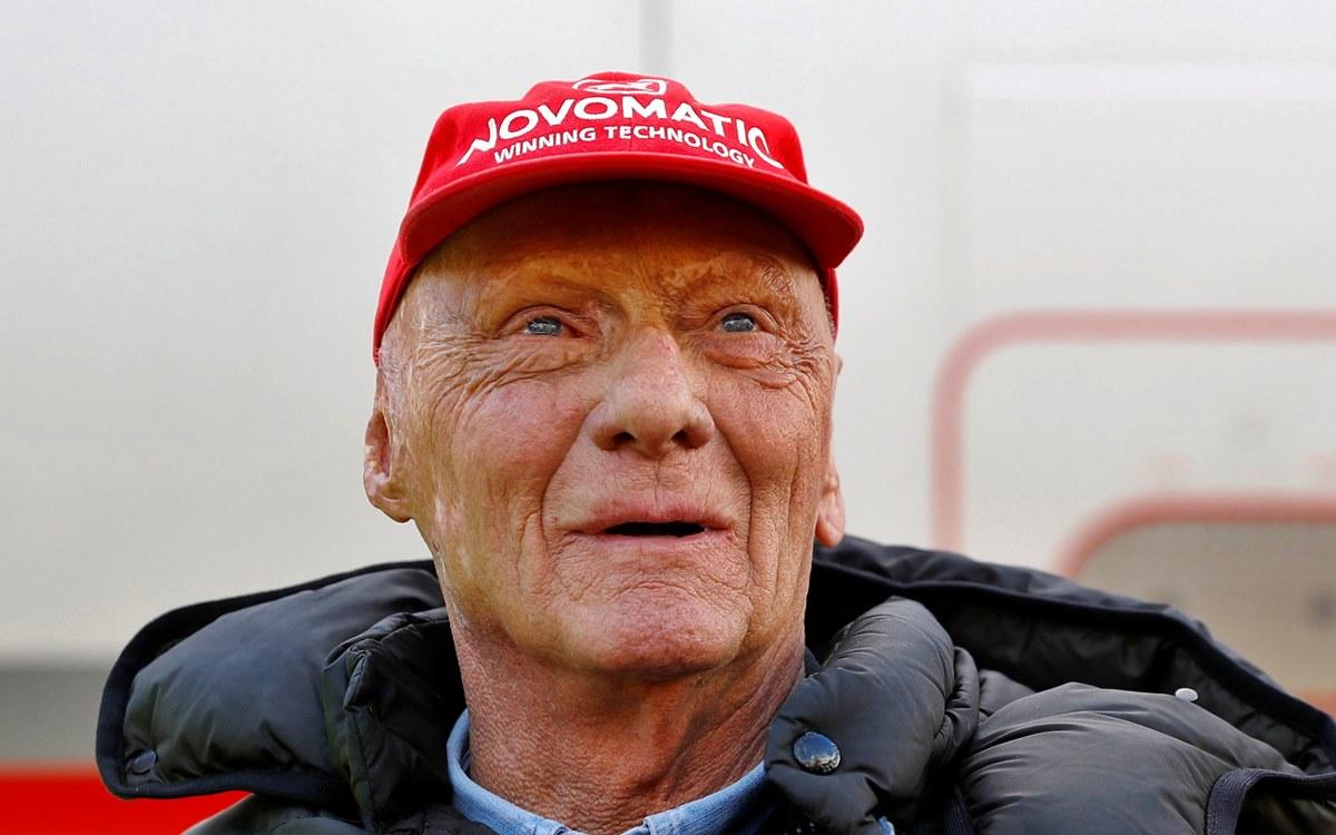 """""""Con profunda tristeza anunciamos que nuestro querido Niki falleció en paz el lunes 20 de mayo de 2019, rodeado de su familia"""". Con esas palabras el entorno del tricampeón mundial de Fórmula 1, Niki Lauda, anunció su fallecimiento. Lauda, una leyenda de los circuitos en los años 1970 y 1980, escapó por poco a la muerte en 1976, cuando sufrió un accidente durante el Gran Premio de Alemania. Su monoplaza se incendió tras una salida de pista. Marcó la historia de su disciplina, que eligió contra la voluntad de su adinerado padre, mostrándose meticuloso en su preparación y determinado al volante. Apasionado también de la aviación, en 1979 fundó su compañía aérea, Lauda Air, que fue vendida a Austrian Airlines en 2002. """"Sus éxitos únicos, como deportista y empresario, son y seguirán siendo inolvidables. Su dinamismo, infatigable, su honestidad y su valentía siguen siendo un ejemplo y una referencia para nosotros"""", destacó la familia. """"Fuera de la vida pública, era un marido, un padre y un abuelo afectuoso y preocupado por los demás. Lo extrañaremos mucho"""", añadió."""