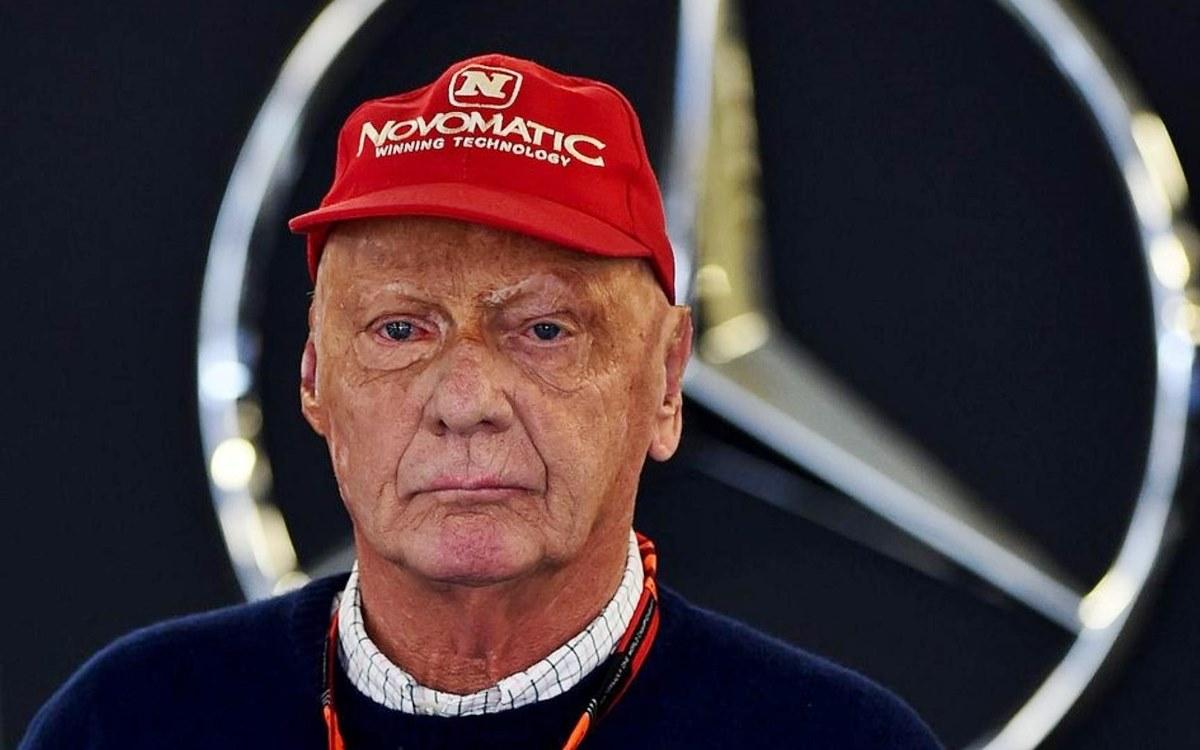 """Los equipos Ferrari y Mercedes de Fórmula 1 honraron la memoria de Niki Lauda, dos veces campeón del mundo con la Scuderia y presidente no ejecutivo del equipo alemán desde 2012, fallecido el lunes a los 70 años. """"Hoy es un día triste para la Fórmula 1. La gran familia Ferrari recibió con profunda tristeza la noticia de la muerte de su amigo Niki Lauda, triple campeón del mundo, dos veces con la Scuderia. Seguirás para siempre en nuestros corazones y en el de los tifosi. Ciao Niki"""", escribió Ferrari en su cuenta de Twitter. Lauda corrió cuatro años para Ferrari, entre 1974 y 1977, proclamándose campeón en 1975 y 1977. Toto Wolff, presidente de Mercedes, habló de un hombre """"irremplazable"""". Y agregó """"Nuestro equipo ha perdido a uno de sus guías espirituales. Como socio desde hace seis años y medio, Niki siempre ha tenido una honestidad y lealtad sin faltas. Ha sido un privilegio tenerlo en el seno de nuestro equipo y muy emocionante verlo hasta qué punto ha sido importante en nuestro éxito"""". """"Cada vez nos daba uno de sus discursos memorables para motivarnos, nos aportó una energía única. Niki, eres simplemente irremplazable, no habrá otro como él"""", culminó el team-manager austriaco."""