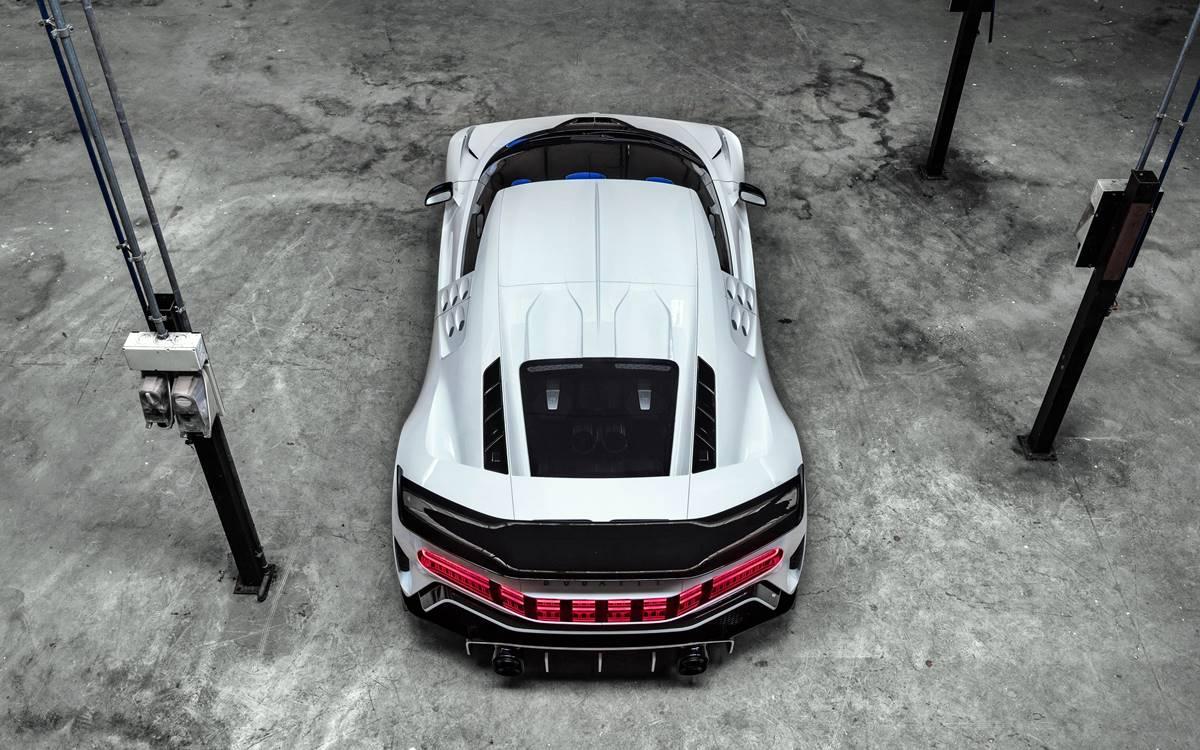 El Bugatti Centodieci, una moderna interpretación del EB110, fue creado para celebrar los 110 años de la marca. En el marco de la Semana del Automóvil de Monterrey, Bugatti presentó su última -y poderosa- creación: el Bugatti Centodieci, creado para conmemorar el 110 aniversario de la marca y al mismo tiempo rendirle tributo al súper deportivo EB110 producido entre 1991 y 1995. Con una producción limitada de diez unidades, a un costo de 8 millones de euros cada una, es una moderna interpretación del EB110 basado en el Chiron, aunque con una carrocería mucho más ligera y una potencia superior. El corazón del Centodieci es el motor de 8.0 litros en configuración W16 con cuatro turbos al que le sacaron 100 CV para llevarlo a 1.600 CV y convertirse así en el vehículo más poderoso del mundo. Esto le permite acelerar de 0 a 100 km/h en 2,4 segundos, subir hasta 200 km/h en 6,1 segundos y pasar la barrera de los 300 km/h en 13,1 segundos. La velocidad máxima está limitada electrónicamente a 380 km/h. El Centodieci tiene una carrocería mucho más salvaje y angulosa que el Chiron con trazos afilados y coronada por un enorme alerón fijo en su parte trasera. Con 20 kg menos de peso, le permite al deportivo tener una relación peso/potencia de 1,13 kg por CV.