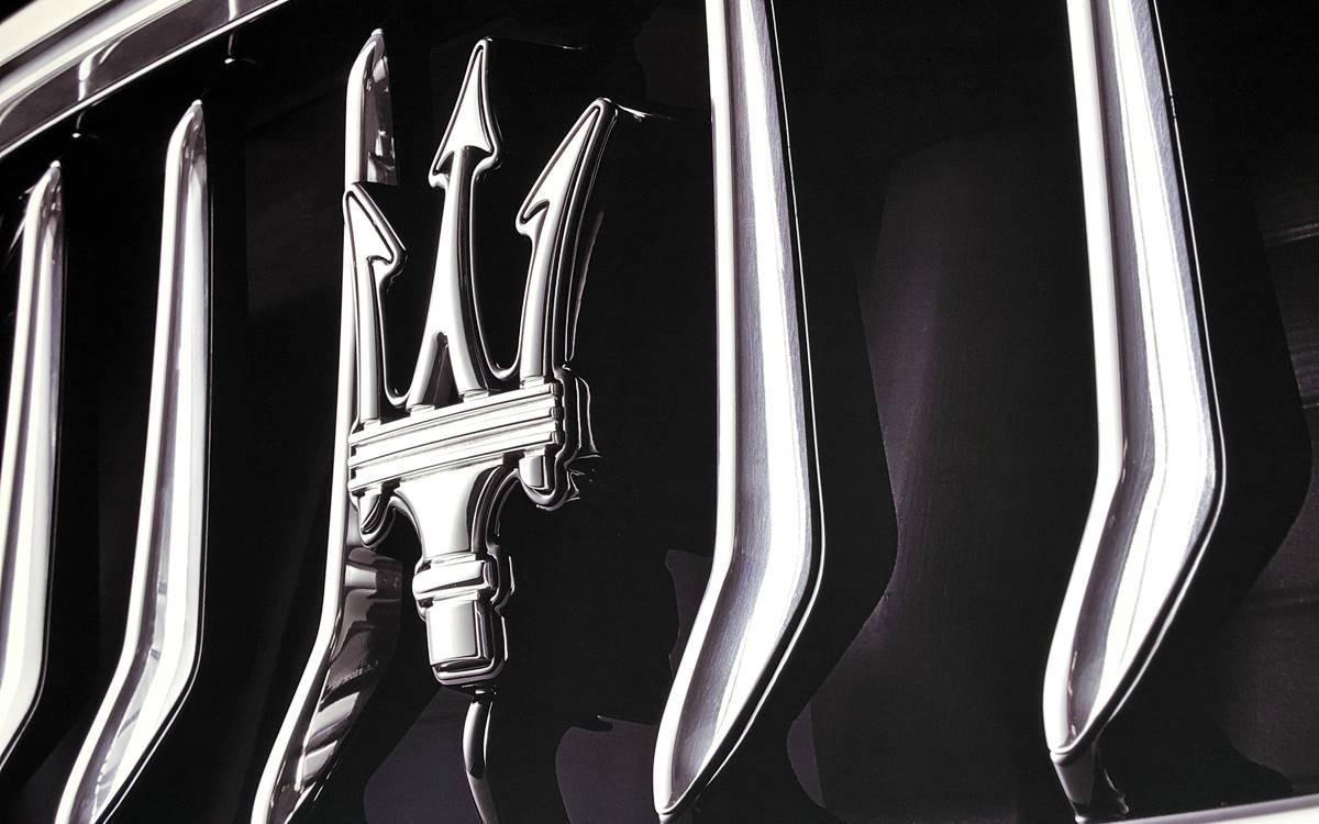 """Dentro del programa de inversiones de 5.000 millones de euros anunciados por FCA para Italia, Maserati comunica sus planes futuros. Maserati anunció que todos sus nuevos modelos serán desarrollados, diseñados y producidos al 100% en Italia y que adoptarán sistemas de propulsión eléctrica híbrida y de batería. Según informó en un comunicado, la firma del tridente pondrá en marcha su proceso de electrificación en 2020 con la llegada del Ghibli, que se producirá en Turín y será su primer modelo híbrido. Además, el primero de los nuevos Maserati en producirse será un superdeportivo, en la planta de la compañía en Módena, donde están en marchas importantes actualizaciones en la línea de producción para alojar un motor eléctrico. Posteriormente, llegará un """"Utility Vehicle"""" que se ensamblará en Cassino. En tanto, los nuevos GranTurismo 2 y GranCabrio se fabricarán en el Polo de producción de Turín, donde Fiat Chrysler Automobiles está invirtiendo 800 millones de euros. Además, todos los Maserati nuevos, incluidos los modelos actuales, dispondrán de conducción autónoma. Partiendo de un nivel 2 potenciado se alcanzará el nivel 3, capaz de mantener el carril y llevar al vehículo a una parada de seguridad a un lado de la carretera en el caso de que el conductor no pueda mantener el control. Maserati tiene prevista una inversión de más de 800 millones de euros, que se destinará a la construcción de una nueva línea de producción a finales del primer trimestre de 2020. Antes de 2021 saldrán las primeras unidades de preserie."""
